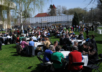 As spring temperatures approached 80 degrees, hundred of admitted students and their family members flocked to campus for Admitted Students Day on Saturday, April 18. Credit: Jacobson