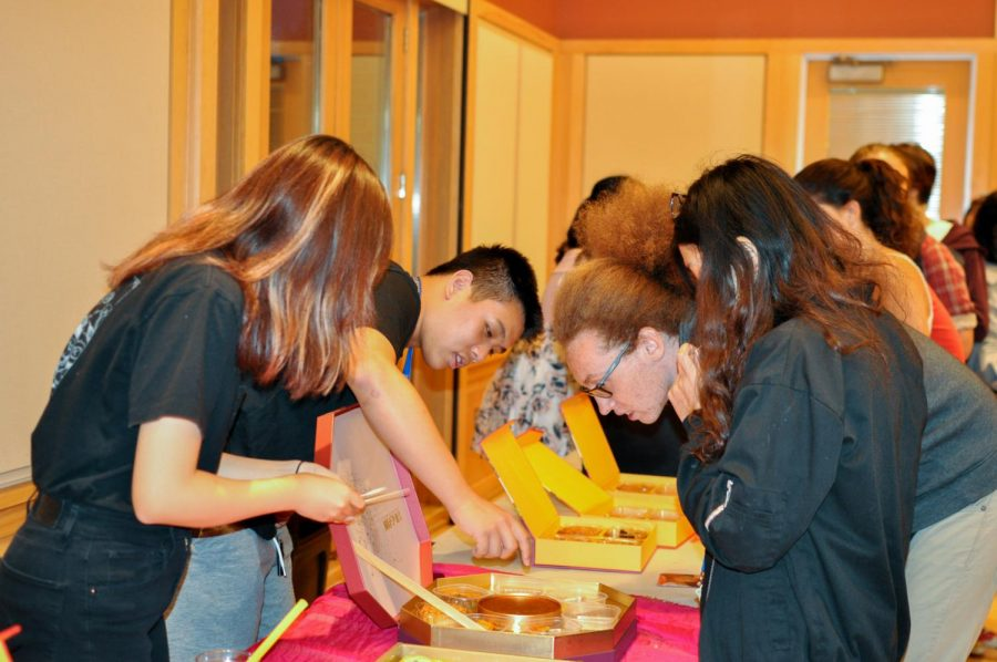 Students+sample+mooncakes+at+the+Mid-Autumn+Festival.