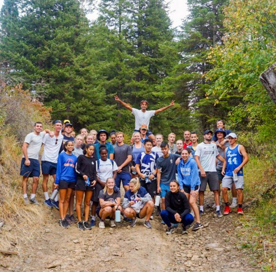Whitman+women%27s+basketball+and+men%27s+tennis+pose+at+the+top+of+their+hike+after+completing+the+Blue+Mountain+Challenge+on+Friday%2C+Sept+13.+Photo+contributed+by+Emily+Solomon+